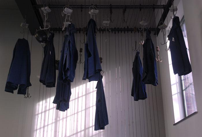 La salle des pendus - Grâce à un système de poulie, les vêtements des mineurs étaient hissés jusqu'à la ferme du toit afin de sécher et de ventiler ceux-ci entre deux descentes.